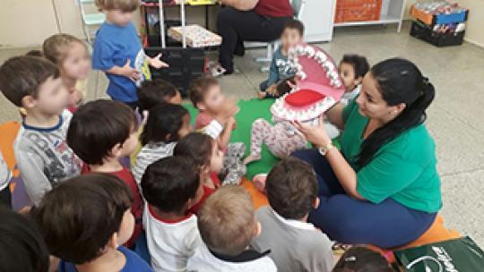 """Oficina """"Aprender brincando sobre saúde - saúde bucal com sustentabilidade para crianças"""" para Monitores e ADEs das Creches Municipais"""